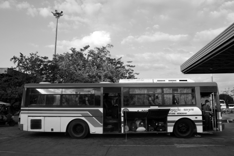 Cruzando la frontera en autobuses con modernos sistemas de sujeción en el maletero.