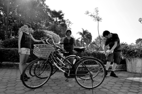 Vientiane en bici. 10.000 kips al día, 1 euro. Leti, Maite, Juan.