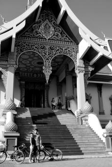 Un templo, Leticia y servidor.