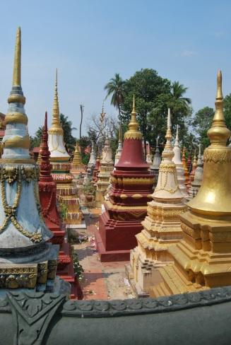 Las tumbas se extienden en los templos de Camboya.