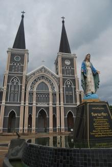 En Chantaburi está la catedral cristiana más grande de Tailandia. Detallazo de la virgen pisando a la serpiente.