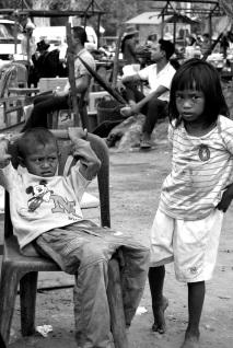 Los niños trabajan y venden. Son una fuente de ingresos para la familia. La escolarización sería un gasto.